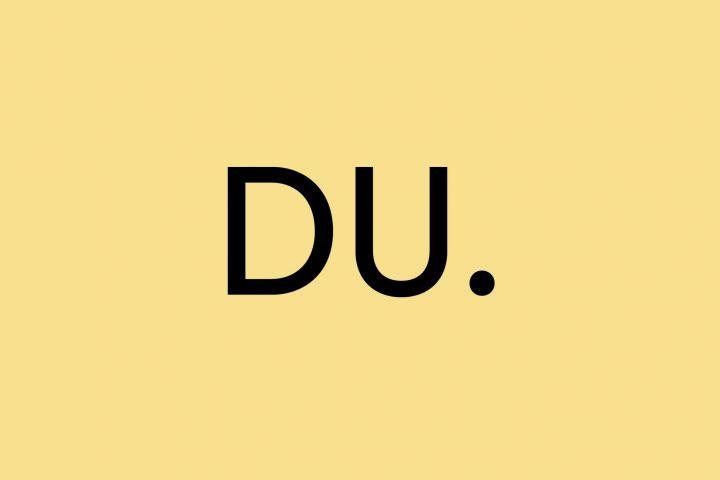 Es steht DU in schwarz auf gelb.